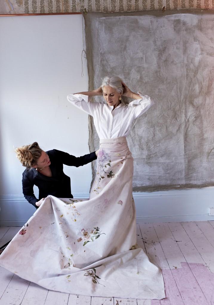 Photographe Kristin Perers qui a également peint le mur et le tissu que Sylvianne porte.