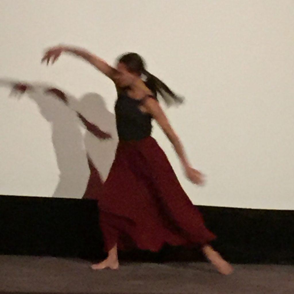Une jeune ballerine improvise au son d'un saxo pour conclure la séance